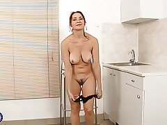 Housewife porn : mature huge tits